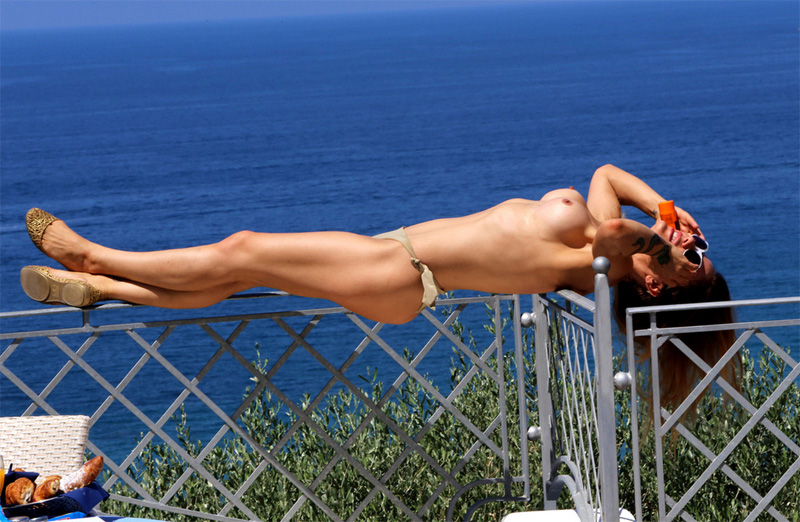 italian star naike rivelli butt naked on vacation