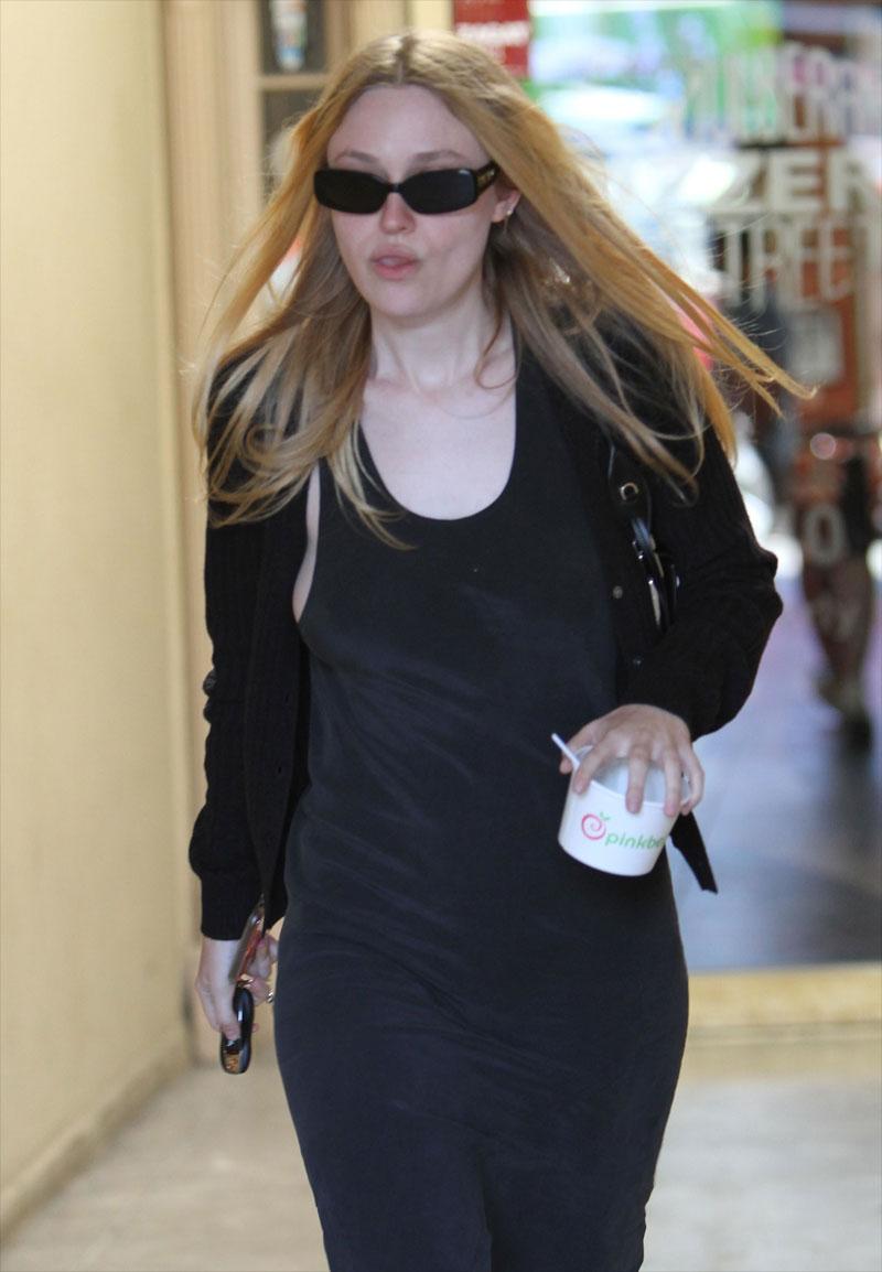 Dakota Fanning Nipple Pokies While Out Shopping